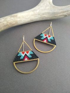 Handcrafted Brass halfmoon earrings with Delica seed bead weaving. These earings. Handcrafted Brass halfmoon earrings with Delica seed bead weaving. These earings. Seed Bead Bracelets Tutorials, Beaded Bracelets Tutorial, Beading Tutorials, Beading Patterns, Bead Embroidery Jewelry, Beaded Embroidery, Seed Bead Earrings, Beaded Earrings, Hoop Earrings
