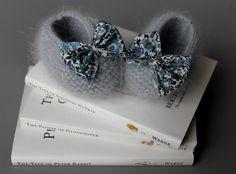 Chaussons bébé angora avec un noeud en Liberty. €25,00, via Etsy.