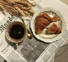 Discover recipes, home ideas, style inspiration and other ideas to try. Cream Aesthetic, Aesthetic Coffee, Aesthetic Food, Coffee Photography, Food Photography, Coffee And Books, Coffee Break, Coffee Coffee, Morning Coffee