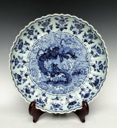 A fine Chinese Ming dynasty plate, blue & white porcelain. Dragon in the centre, flowered border.
