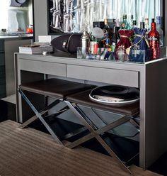 O aparador é usado como bar no projeto do arquiteto Fabio Morozini. O espaço de baixo é aproveitado por banquetas, que podem ser usadas como...