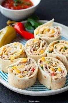 Roladki z tortilli z tuńczykiem i kukurydzą.