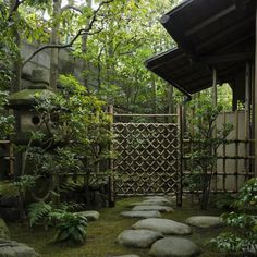 Japanese tea garden; chūmon, or the middle gate, marking the boundary between the outer and inner roji.