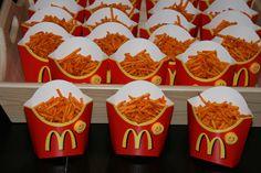 Traktatie van fritesbakjes van de Mac met daarop een smiley en daarin frietjes-chips.