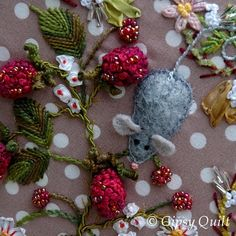 Gypsy Quilt: Boxes and Packs and Bags. I love the mouse! Ribon Embroidery, Types Of Embroidery, Embroidery Designs, Quilt Stitching, Applique Quilts, Stitch Witchery, Crafts To Do, Fabric Art, Quilt Patterns