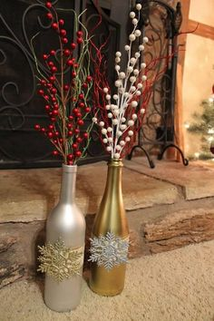 Wine bottle decor for Christmas Recycled Wine Bottles, Wine Bottle Art, Diy Bottle, Wine Bottle Crafts, Jar Crafts, Kids Crafts, Christmas Centerpieces, Xmas Decorations, Recycled Christmas Decorations