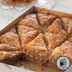 Μπακλαβάς ... Cake Mix Cookie Recipes, Cake Mix Cookies, Dessert Recipes, Greek Sweets, Greek Desserts, Turkish Recipes, Greek Recipes, How To Make Cake, Food To Make