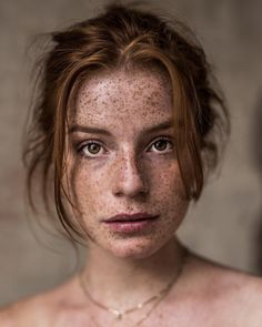 A particular penchant for pretty portraits, ravishing redheads, and fabulously freckled females. Beautiful Freckles, Beautiful Redhead, Redhead Girl, Brunette Girl, Pretty People, Beautiful People, Beautiful Pictures, Freckles Girl, Auburn Hair