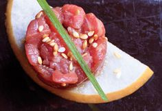 Korean Steak Tartare: The combination of crisp Asian pear and toasted sesame oil gives this stalwart a modern twist. Sauce Steak, Beef Steak, Steak Tartare, One Bite Appetizers, Korean Appetizers, Gourmet Appetizers, Ceviche, Tartare Recipe, Low Carb Menus