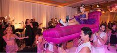 Al puro estilo de Cleopatra: Cargada por hombres musculosos. Ideas para tu quinceañero, fiesta de 15 años, quinceañeros tematicos. http://www.quinceteens.com/entradas-para-tus-quince/