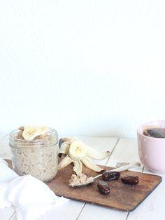 Oat porridge with almond milk, cinnamon, dates and bananas
