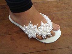 Lindas havaianas customizadas Beaded Shoes, Beaded Jewelry, Organiser Son Dressing, Flip Flop Craft, Crochet Bedspread Pattern, Bridal Flip Flops, Shoe Makeover, Decorating Flip Flops, Bling Sandals