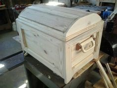 Easy Woodworking Ideas, Woodworking Projects Plans, Custom Woodworking, Wooden Projects, Wood Crafts, Pallet Projects, Toy Box Plans, Wood Toy Chest, Wooden Trunks