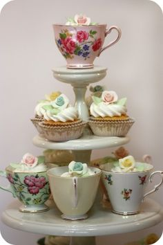 how darling is this cupcake set up?!?! too cute!
