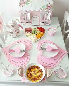 Que Linda Essa Mesa 💕💕💕 Imagem by Breakfast Presentation, Pinterest Room Decor, Breakfast Platter, Kawaii Room, Food Platters, Home Room Design, Small Room Bedroom, Decoration Table, Ceiling Design