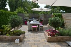 Very people sure want to have a backyard in their house, but they feel confused hoe to design it. even though the backyard is aplace . Back Gardens, Small Gardens, Outdoor Gardens, Garden Spaces, Garden Beds, Home And Garden, Backyard Patio Designs, Backyard Landscaping, Small Garden Design