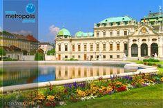 El Palacio Imperial de Hofburg es el castillo más grande de la ciudad de Viena. Fue la residencia de la mayor parte de la realeza de la historia Austriaca, especialmente de la dinastía de los Habsburgo(durante más de 600 años), y de los emperadores de Austria y de Austria-Hungría. Es actualmente la residencia del presidente de la República austriaca.