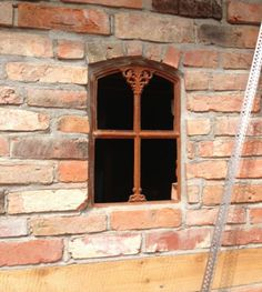 Eisenfenster-fuer-alte-Gartenmauer-Sprossenfenster-Stallfenster-Gretje-klappbar
