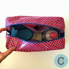TUTO trousse de toilette Small Quilt Projects, Sewing Projects, Projects To Try, Diy Sac Pochette, Diy Purse, Couture Sewing, Small Quilts, Sewing Hacks, Sewing Ideas
