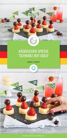 Fußball WM Snacks: Schwarz-Rot-Gold Käsekuchen Spieße #fußball #snacks #wm #fingerfood #partyfood #wmsnacks #wm2018 #wm18 #russland2018 #fußballabend #snackbuffet #partybuffet #lecker #rezept #rezepte Food Design, Simply Yummy, Snacks Für Party, Candy Shop, Canapes, Yummy Snacks, Holiday Parties, Finger Foods, Cheesecake