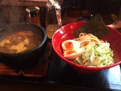 昨日のお夜食。六@神泉、辛味噌煮干つけ麺、麺少な目真ん中のは酢じゃなくレモン汁、これがすごく辛いラーメンに合いました。写真でもグツグツ煮立っているスープはマイルドな辛み。※唐辛子も割スープも一緒に貰えるので色々調整可能、おいしかったー