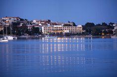 Πόρτο χέλι : Γνωρίστε το «Μονακό της Ελλάδας». Η κοσμοπολίτικη «γωνιά» στην Πελοπόννησο που δεν έχει να ζηλέψει τίποτα από τη γαλλική Ριβιέρα - sfika Villa, Greece Travel, Hostel, Lodges, San Francisco Skyline, Ocean, Garden Ideas, Check, Porto