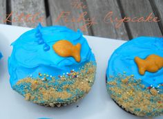 Fish cupcakes! Super cute, but I think I'd substitute the Goldfish cracker with a Swedish fish....