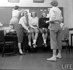 Wellesley College by Nina Leen, Vintage School, Vintage Girls, Vintage Love, Retro Vintage, Vintage Outfits, Vintage Stuff, Vintage Clothing, 1940s Photos, Vintage Photos
