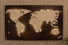 **Handgefertigte, einzigartige Weltkarte** mit Beleuchtung und 3D-Effekt in Nussbaum-Look!   Nord- und Südamerika, Afrika, Eurasien und Australien sind leicht erhöht angebracht und werden von...