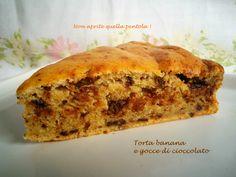 Torta classica ma resa morbida dalla ricotta, ecco a voi la torta banana e gocce di cioccolato :) Fettina?  http://blog.giallozafferano.it/nonapritequellapentola/torta-banana-e-gocce-di-cioccolato/  #torta #cioccolato #gocce #banana #frutta #dessert #colazione #ricotta #nonapritequellapentola #dolci #giallozafferano