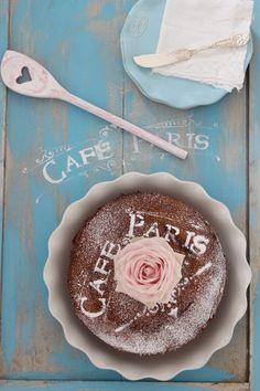 Chiffon Cake. Hübscher Name. Man nennt ihn auch Angel Food Cake, klingt mindestens genauso wolkig. Ganz besonders fluffig und aromatisch ist dieser Kuchen. Und das Schöne, man könnte ihn mittig mit…
