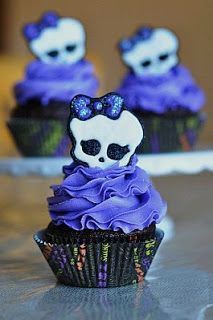Monster High Cupcakes by A Little Sugary Goodness Monster High Cupcakes, Monster High Party, Tortas Monster High, Cumple Monster High, Monster High Birthday, Skull Cupcakes, Yummy Cupcakes, Purple Cupcakes, Party Cupcakes