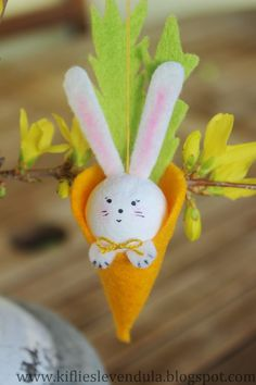 Bunny sit op 'n wortel Kids Craft Tables, Spring Crafts For Kids, Needle Felted Animals, Craft Shop, Holiday Tables, Holiday Traditions, Egg Hunt, Easter Crafts, Easter Eggs