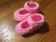 Mary Jane Baby Booties a mano a maglia con pulsante di CozeeQuilts