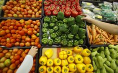 A roadmap to reducing food waste Customers select vegetables at a supermarket in Hanoi New Recipes, Healthy Recipes, Easy Recipes, Summer Pasta Salad, Grilled Chicken Salad, Going Vegetarian, Stop Eating, Eating Well, Clean Eating