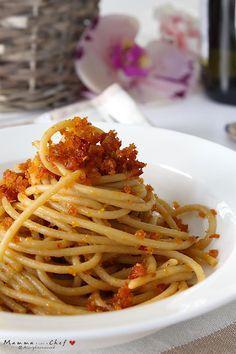 Spaghetti con mollica di pane e pomodori secchi