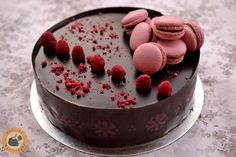 Anya születésnapjára készült ez a torta, az ő kérésére málnás-étcsokis ízben. Készültek hozzá málnával bőven szórt puha-szaftos kakaó... Bolo Original, Cheesecake, Chocolate Cookies, Cakes And More, Mousse, Tart, Panna Cotta, Breakfast Recipes, Food Photography