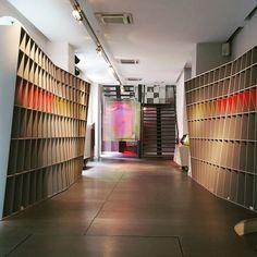 Chez Roche Bobois pour les @ddays_paris - Bibliothèque Hélas  Scénographie Étienne Ray #DDAYS #rochebobois #design
