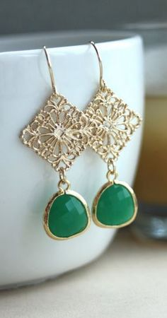 A Gold Plated Diamond Filigree, Palace Green Glass Jewel Dangle Earrings… Photo Jewelry, I Love Jewelry, Diy Jewelry, Jewelry Box, Jewelry Accessories, Jewelry Design, Jewelry Making, Jewelry Rings, Beaded Earrings