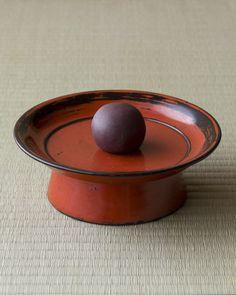 菓=萩乃餅/川端道喜(京都)  器=根来塗台鉢 桃山時代