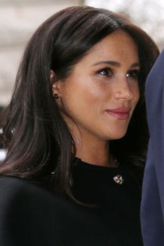 Meghan Markle Wore Earrings From New Zealand's Prime Minister While Offering Condolences To The Mosque Shooting Victims Estilo Meghan Markle, Meghan Markle Hair, Meghan Markle Style, Meghan Markle Prince Harry, Prince Harry And Megan, Lady Diana, Sussex, Haircut For Older Women, Princess Meghan