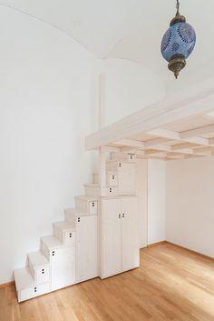 Finde ausgefallene Schlafzimmer Designs: Hochbett mit japanischer Stiege in Fichte , weiß lasiert.. Entdecke die schönsten Bilder zur Inspiration für die Gestaltung deines Traumhauses.