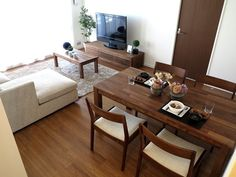 ウォールナット無垢材の家具で統一したLD空間 Small Apartment Interior, Living Room Interior, Apartment Living, Living Room Decor, Japanese Living Rooms, Wooden Dining Tables, Japanese Interior, Living Room Kitchen, Dining Room