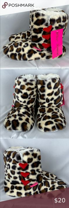 - NWT 1-2 Size Large Black//White Claws Zebra Kids Light Up Slippers