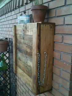 Recycled Pallets Ideas Fold-able Pallet Outdoor Bar - We would like to share one of these here, the awesome DIY pallet folding down outdoor bar, having a compact square shape while being folded over the wall area! Recycled Pallets, Wooden Pallets, Pallet Wood, Recycled Materials, Diy Pallet Furniture, Bar Furniture, Furniture Storage, Royal Furniture, Outdoor Furniture