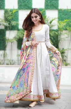 15 Stunning collection of simple saris with designer blouse designs - Outfit Fashion Simple Pakistani Dresses, Indian Gowns Dresses, Indian Fashion Dresses, Dress Indian Style, Pakistani Dress Design, Indian Wedding Dresses, Indian Wear, Maxi Dresses, Stylish Dresses For Girls