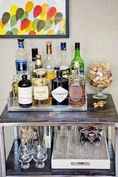 """Nos anos 90 era moda ter aquele bar com bancada e tudo em muitas casas, hoje em dia isso é meio over, mas existem várias formas pra deixar um cantinho da sua casa mais etílico. Se não rola grana praqueles bares """"móveis"""" que tal dedicar um canto ou uma mesa pras suas bebidas? Basta ter […]"""