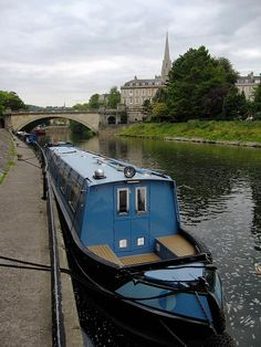 This narrow boat home is located on the Avon River in the city of Bath in Great Britain.