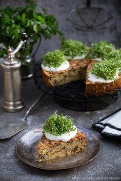 Tort ziemniaczany to bardzo smaczna propozycja prostego, taniego i sycącego obiadu. Możecie podać do niego dobrej jakości gęstą śmietanę, sos czosnkowy lub sos