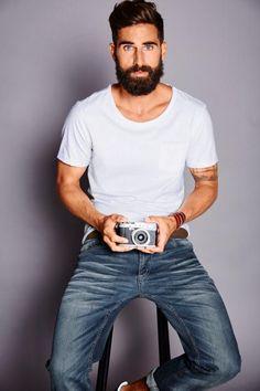 Ganz entspannt und bodenständig ist dieser einfache Basic-Style von John Devin. Die Straight-Jeans im Used-Look und das weiße Shirt mit leicht ausgefranstem Rundhalsausschnitt wirken leger und gut angezogen zugleich. Ein besonderer Hingucker ist der J. Jayz Gürtel mit auffälliger Gitternetzschließe.